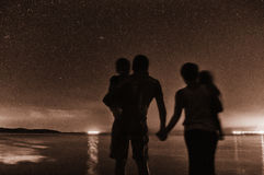 Familie, die sternenklaren nächtlichen Himmel aufpasst Stockbild