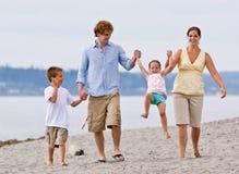 Familie, die am Strand spielt Lizenzfreies Stockbild