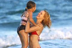 Familie, die Strandlebensstil genießt lizenzfreie stockfotos