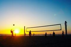 Familie, die Strandvolleyball spielt Stockfoto