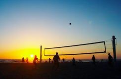 Familie, die Strandvolleyball spielt Lizenzfreies Stockfoto