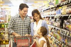 Familie die in supermarkt winkelen Royalty-vrije Stock Foto