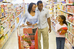 Familie die in supermarkt winkelt royalty-vrije stock afbeeldingen