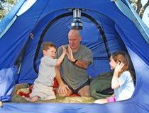 Familie die in Tent kampeert Stock Foto's