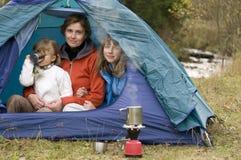 Familie die in tent kampeert Stock Afbeeldingen