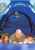 Familie die in Tent kampeert Stock Foto