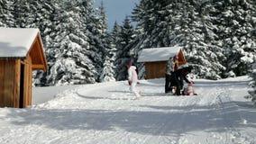 Familie die terwijl het lopen in de omgeving van de de wintertijd genieten van stock footage