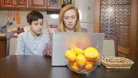 Familie die thuis computerwebcamera, Internet-mededeling gebruiken stock footage