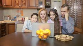 Familie die thuis computerwebcamera, Internet-mededeling gebruiken stock video