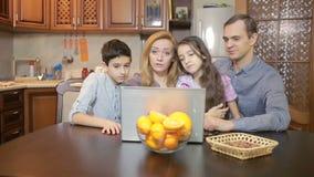 Familie die thuis computerwebcamera, Internet-mededeling gebruiken stock videobeelden
