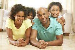 Familie die thuis samen ontspant royalty-vrije stock foto's