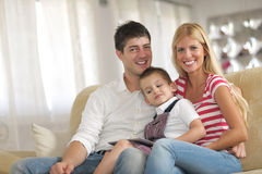 Familie die thuis tabletcomputer met behulp van Stock Fotografie