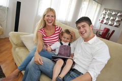 Familie die thuis tabletcomputer met behulp van Stock Afbeelding