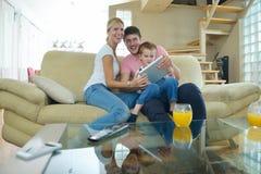 Familie die thuis tabletcomputer met behulp van Stock Foto's