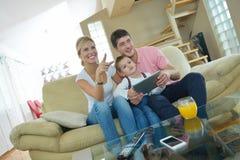 Familie die thuis tabletcomputer met behulp van Royalty-vrije Stock Foto
