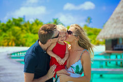 Familie, die tropische Ferien hat stockfotografie