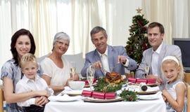 Familie die Turkije in het Diner van de Kerstavond eet Stock Afbeeldingen
