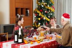 Familie die van drie generaties Kerstmis vieren Royalty-vrije Stock Afbeeldingen