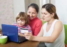 Familie die van drie generaties op Internet winkelen Stock Fotografie