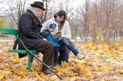 Familie die van een dag in het park genieten royalty-vrije stock afbeeldingen