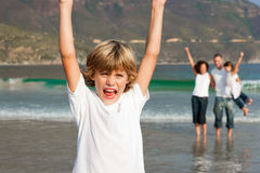 Familie die van een wandeling op het strand geniet Stock Afbeeldingen
