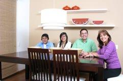 Familie die van etenstijd geniet Stock Afbeeldingen