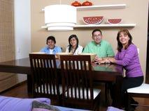 Familie die van etenstijd geniet Stock Foto's