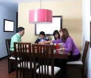 Familie die van etenstijd geniet Royalty-vrije Stock Foto's