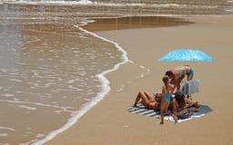 Familie die van het strand geniet Royalty-vrije Stock Foto