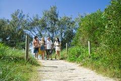 Familie die van het strand loopt stock fotografie
