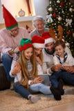 Familie die van hun vakantietijd genieten die samen tablet gebruiken stock fotografie
