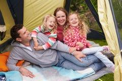 Familie die van Kampeervakantie op Kampeerterrein genieten royalty-vrije stock fotografie