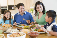 Familie die van maaltijd, etenstijd samen geniet Stock Afbeeldingen