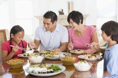 Familie die van maaltijd, Etenstijd samen geniet stock afbeelding