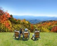 Familie die van tijd op de bovenkant van berg genieten Stock Fotografie
