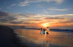 Familie die van tijd samen op mooi strand genieten bij zonsopgang Royalty-vrije Stock Foto's