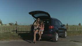 Familie die van vrije tijd in aard genieten tijdens wegreis stock footage