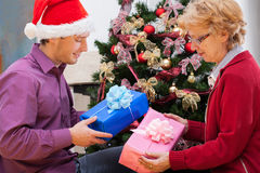 Familie die verpakte Kerstmisgiften geven stock afbeelding