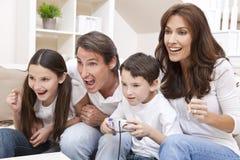 Familie, die videokonsolen-Spiele spielt Stockfoto