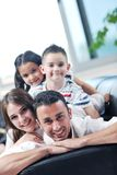 Familie die vlakke TV wathching bij modern huis binnen Royalty-vrije Stock Afbeelding