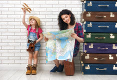 Familie die voor de reis voorbereidingen treffen Royalty-vrije Stock Foto's