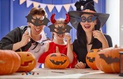 Familie die voor Halloween voorbereidingen treft Stock Fotografie