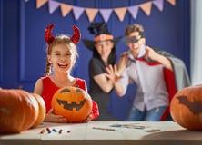 Familie die voor Halloween voorbereidingen treft Stock Foto's