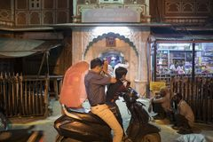 Familie die vooraan een kleine tempel in Jaipur, India bidden Stock Afbeeldingen
