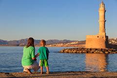 Familie die vuurtoren in Kreta bekijken Stock Foto