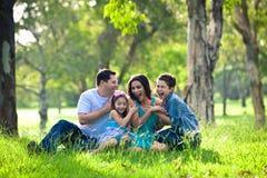 Familie, die während des Picknicks lacht stockbilder