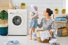 Familie, die Wäscherei tut lizenzfreie stockbilder