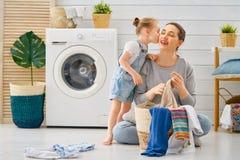 Familie, die Wäscherei tut stockfotos