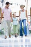 Familie die in wandelgalerij winkelt Stock Afbeeldingen