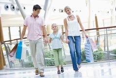 Familie die in wandelgalerij winkelt Stock Foto